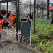 Vrijwilligers helpen met opruimen na rellen
